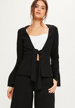 Anzug-Blazer mit Taillenband und geschlitztem Schleifen-Statement Arm aus Kreppstoff in Schwarz