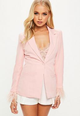 Blazer entallada con puños con plumas en rosa