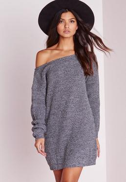 Szara sukienka swetrowa opadająca na jedno ramię