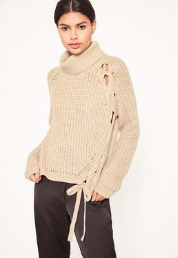 Karmelowy sweter z zawijanym golfem i ozdobnym wiązaniem