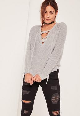 Szary sweter z dzianiny z modnymi paskami na dekolcie