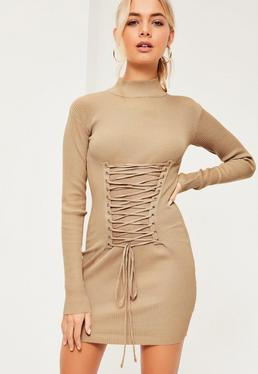 Beżowa sukienka swetrowa z ozdobnym gorsetowym wiązaniem