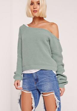 Krótki zielony sweter z odkrytym ramieniem