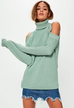 Zielony sweterek z dzianiny z golfem i wyciętymi ramionami