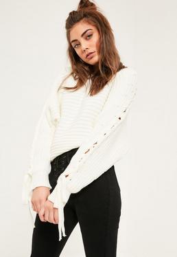 Biały gruby sweterek z dzianiny wiązany na rękawach