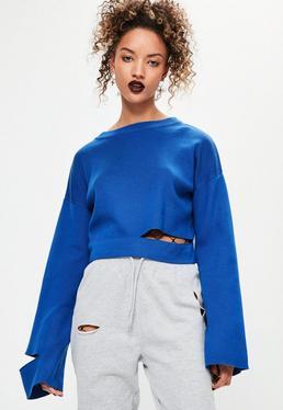 Niebieski sweter z rozcięciami i szerokimi rękawami