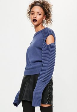 Niebieski sweterek z dzianiny z prążkowanymi rękawami i wyciętymi ramionami