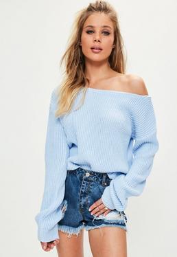 Niebieski sweterek z dzianiny opadający na jedno ramię