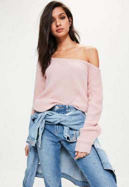 Różowy sweter z odkrytym ramieniem