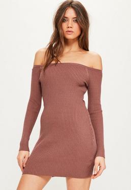 Różowa prążkowana swetrowa sukienka mini z odkrytymi ramionami