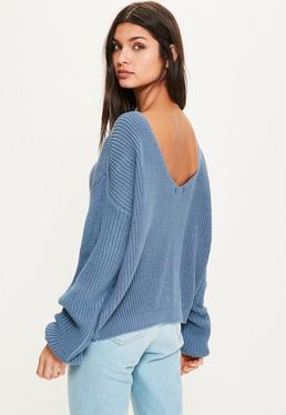 Niebieski sweter z dzianiny z wycięciem w serek na plecach