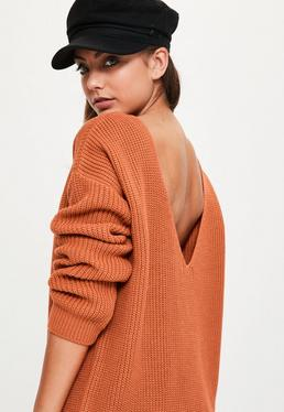 Brązowy sweter z wycięciem V na plecach