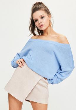 Niebieski sweter z dzianiny opadający na jedno ramię z zamkiem z tyłu