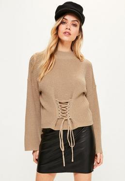 Karmelowy sweter z gorsetowym wiązaniem i szerokimi rękawami