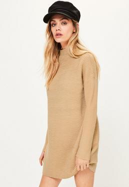Karmelowa sukienka swetrowa z zawijanym golfem