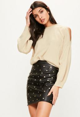 Karmelowy sweter z wyciętymi ramionami i bufiastymi rękawami