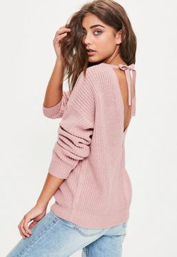 Różowy sweterek z dzianiny z odkrytymi plecami i wiązaniem