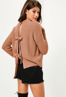 Brązowy sweterek z dzianiny wiązany na plecach