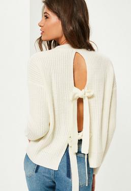 Biały sweterek z dzianiny wiązany na plecach