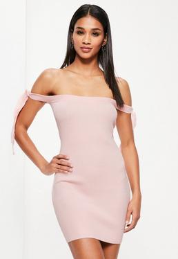 Różowa sukienka swetrowa mini bardot z wiązaniami na ramionach