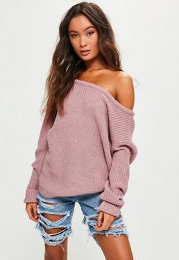 Różowy tkany sweter z odkrytym ramieniem