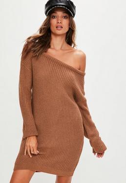 Brązowa sukienka swetrowa z odkrytym ramieniem