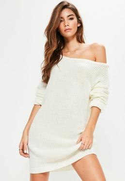 Kremowa sukienka swetrowa z odkrytym ramieniem