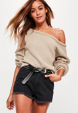 Beżowy krótki sweter z odkrytym ramieniem
