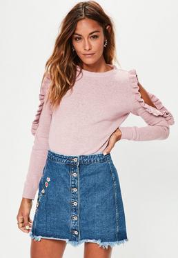 Fioletowy sweter z wyciętymi ramionami z falbanką