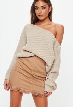 Beżowy dzianinowy sweter z odkrytym ramieniem