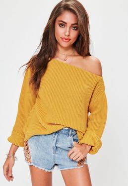 Żółty dzianinowy sweter z odkrytym ramieniem