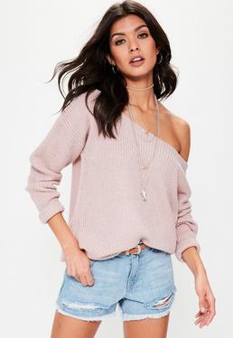 Bladoróżowy sweter z odkrytym ramieniem