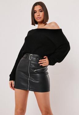 Jersey corto de punto con escote asimétrico en negro