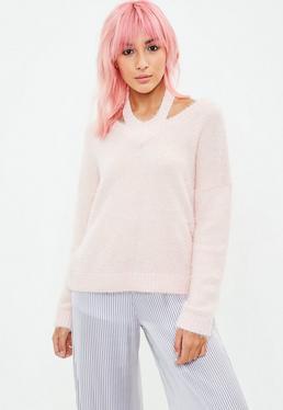Różowy włochaty sweter z wycięciem