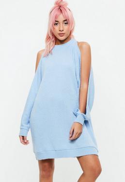 Niebieska sukienka z wycięciami na rękawach