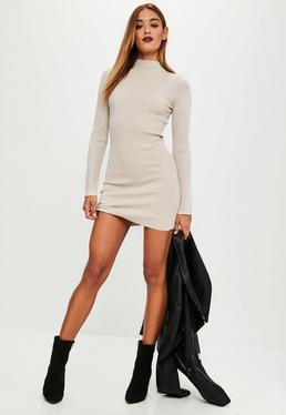 Beżowa swetrowa sukienka z golfem