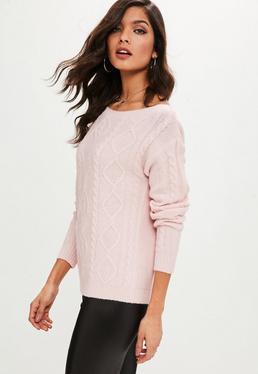 Różowy sweter w warkoczowy splot