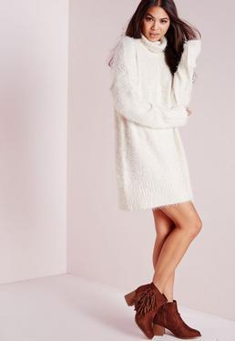 Robe-pull en laine poilue blanche col roulé