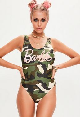 Barbie x Missguided Zielony jednoczęściowy strój kąpielowy moro z nadrukiem Barbie