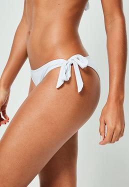 Białe majtki od stroju kąpielowego z wiązaniami po bokach