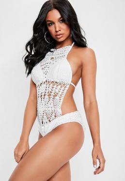 Biały dziergany jednoczęściowy strój kąpielowy z dekoltem halter
