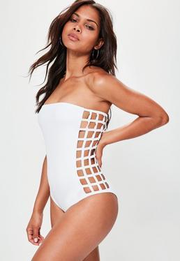 Biały jednoczęściowy bandażowy strój kąpielowy z wycięciami w kratkę po bokach