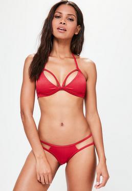 Czerwony prążkowany trójkątny dwuczęściowy strój kąpielowy z ozdobnymi paseczkami