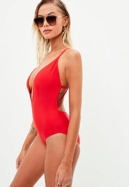 Czerwony jednoczęściowy strój kąpielowy z głębokim dekoltem