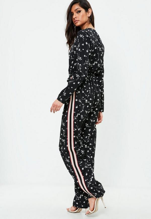 schwarzer blumenmuster jumpsuit mit seitenstreifen missguided. Black Bedroom Furniture Sets. Home Design Ideas