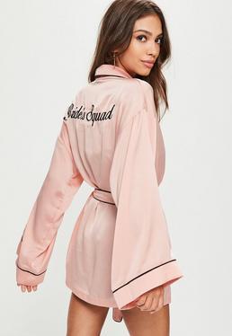 Bata con bordado bride squad de satén en rosa