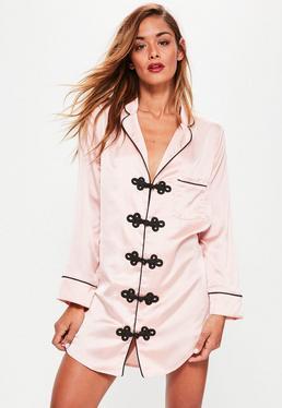 Różowa satynowa koszula nocna z ozdobnym haftem