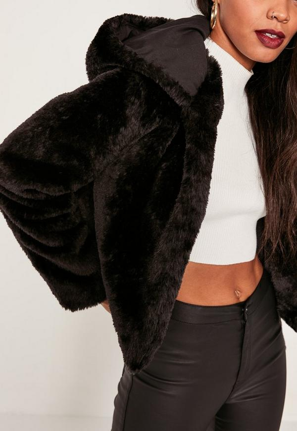 manteau court noir en fausse fourrure avec capuche. Black Bedroom Furniture Sets. Home Design Ideas