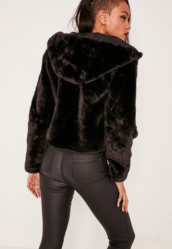 Manteau noir avec fourrure noire