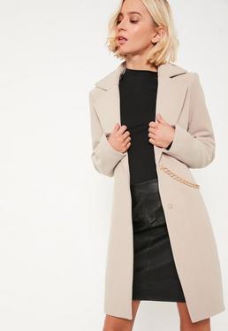 Beżowy wełniany płaszcz z ozdobnym łańcuchem